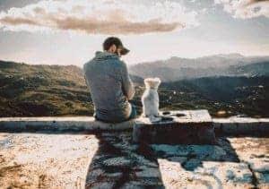 כלב והבעלים שלו יושבים בחוץ
