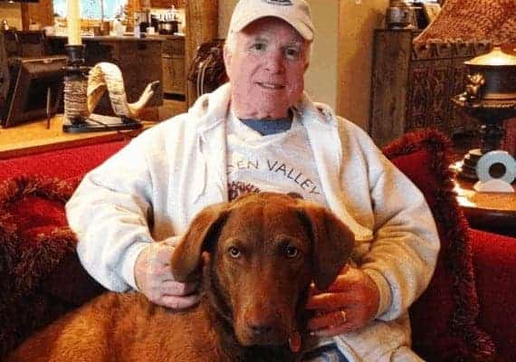 ג'ון מקיין וכלבתו בורמה (צילום: אינסטגרם)