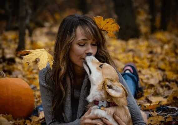 אישה מנשקת כלב \\ צילום: Pixabay