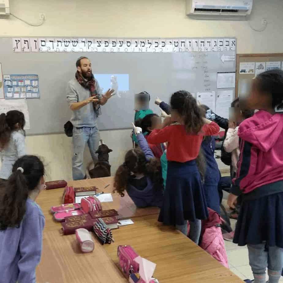 המורה סטף בכיתה \\ צילום: מורים על ארבע