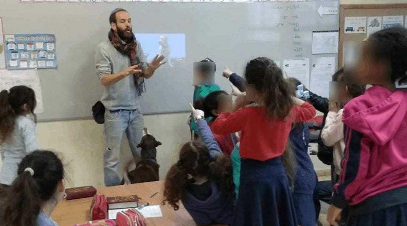 מורה מטעם מורים על ארבע בכיתה